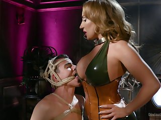 Bodacious mistress Richelle Ryan fucks anus of tied up submissive plus sits on his face