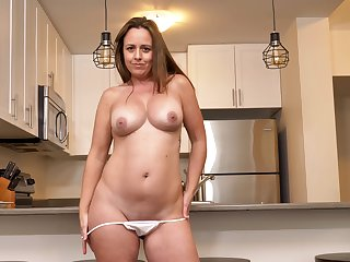 Smoking hot MILF Brandii Banks has fun with her cunt in the kitchen