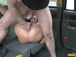 Alluring babe leaves cab driver to drill the brush constant